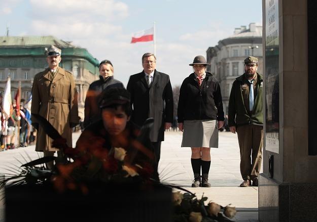 Prezydent z harcerzami złożył kwiaty przed Grobem Nieznanego Żołnierza, fot. L. Szymański /PAP