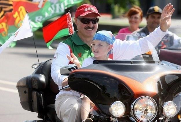 Prezydent z (nieślubnym) synem Nikołajem. Niektórzy uważają go za dynastycznego następcę Łukaszenki /AFP
