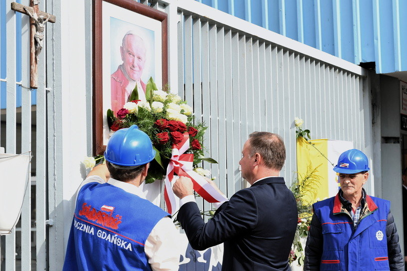 """Prezydent złożył kwiaty przy bramie stoczniowej, a w tle słychać było okrzyki """"Będziesz siedział"""" / Adam Warżawa    /PAP"""