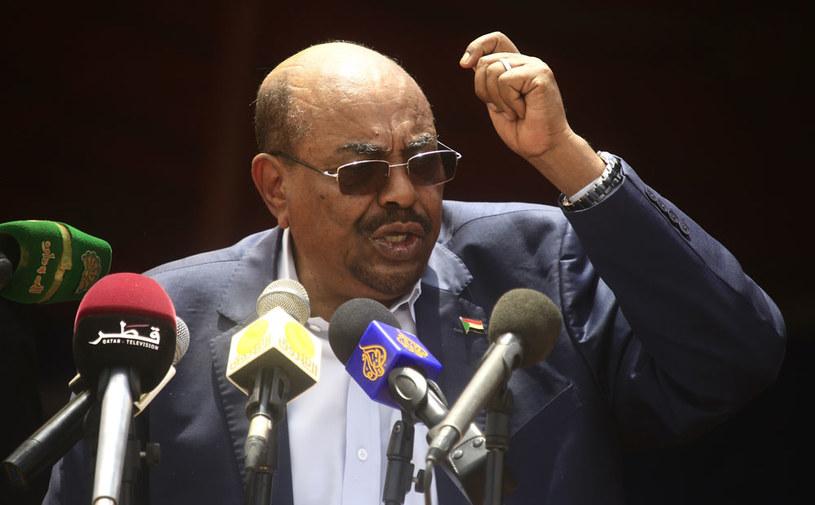 Prezydentowi Sudanu Omarowi el-Baszirowi zarzuca się zbrodnie wojenne, zbrodnie przeciwko ludzkości i ludobójstwo /AFP