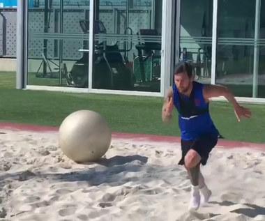 Primiera Division. Barcelona czeka na Messiego. Ten trenuje... na piasku. Wideo