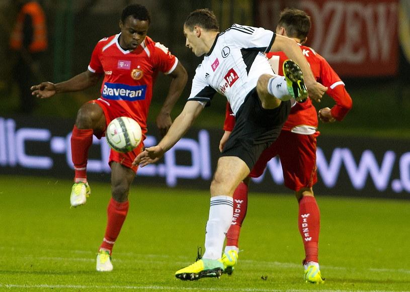 Princewill Okachi (z lewej) walczy o piłkę z Tomaszem Jodłowcem /Fot. Grzegorz Michałowski /PAP