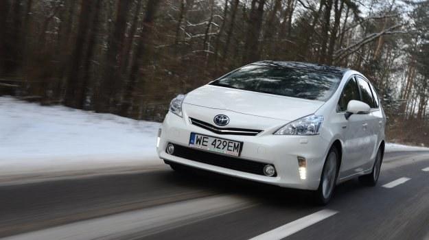 Prius+ prowadzi się pewnie, a jego zawieszenie dobrze wybiera nierówności. /Motor