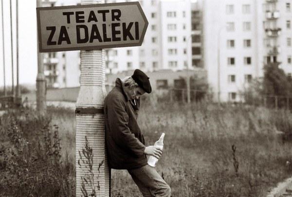 """1987 Warszawa Ursynów, pijany mężczyzna przy drogowskazie """"Teatr za Daleki"""""""