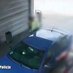 Próba kradzieży auta w myjni. Zobacz film ku przestrodze