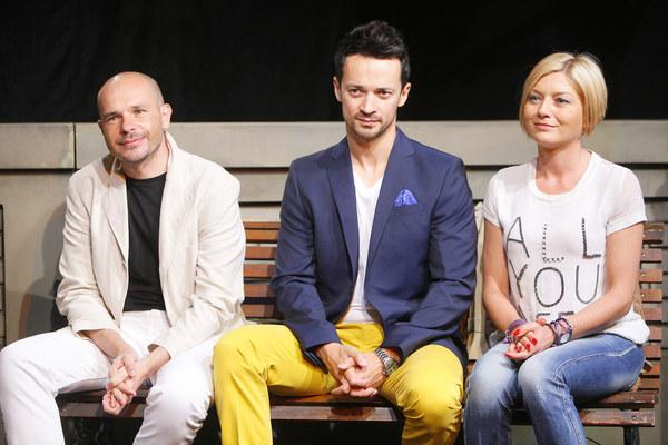 """Reżyser spektaklu """"Się kochamy"""" Dariusz Taraszkiewicz, Rafał Cieszyński i Edyta Olszówka"""