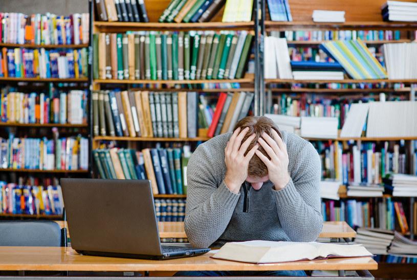 Próba ściągania, odpisywania czy korzystania z niedozwolonych urządzeń może zakończyć się przerwaniem egzaminu /123RF/PICSEL