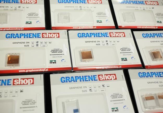 Próbki grafenu zaprezentowane na uroczystości rozpoczynającej produkcję polskiego grafenu /PAP