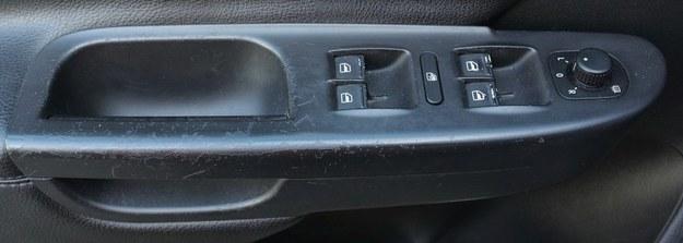 Problem powszechnie znany: gumowy lakier odchodzi z elementów na boczkach drzwi. /Motor