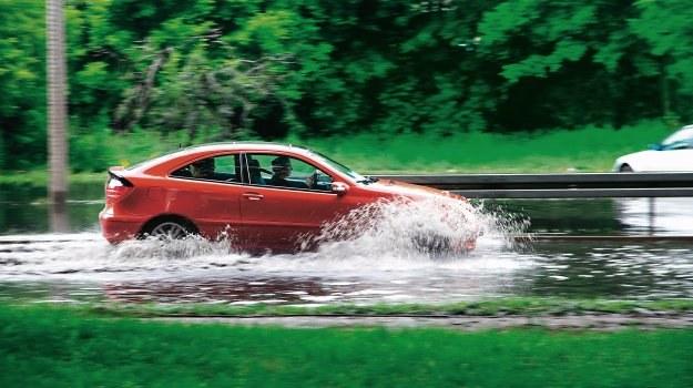 Problem przeciekającej do wnętrza wody może dotyczyć właścicieli samochodów w każdym wieku. /Motor