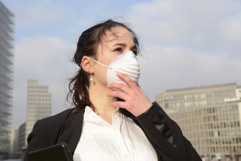 Problem smogu w Polsce narasta głównie w okresie zimowym /123RF/PICSEL