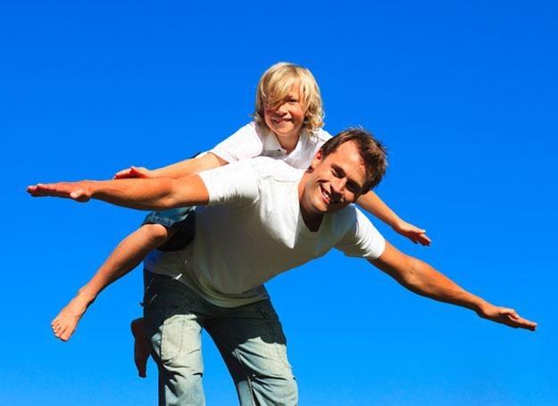 Problem z kręgosłupem u dziecka należy skonsultować ze specjalistą /MWMedia