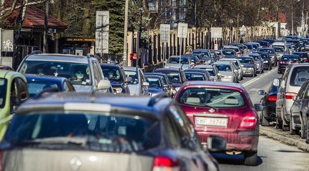 Problemem Polaków nie są niskie płacy ani drogie paliwo... / Fot: Andrzej Stawiński /Reporter