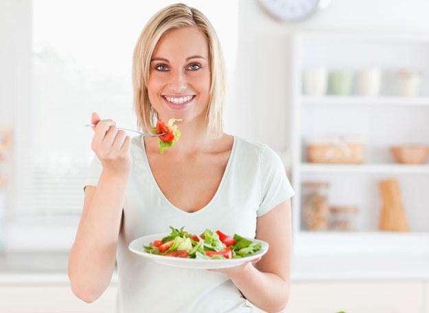 Problemy układu pokarmowego możesz złagodzić zmieniając dietę /123RF/PICSEL