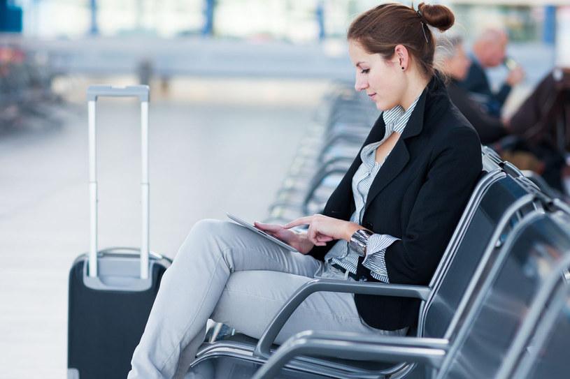 Problemy z bagażem dotykają najczęściej pasażerów tanich linii /123RF/PICSEL