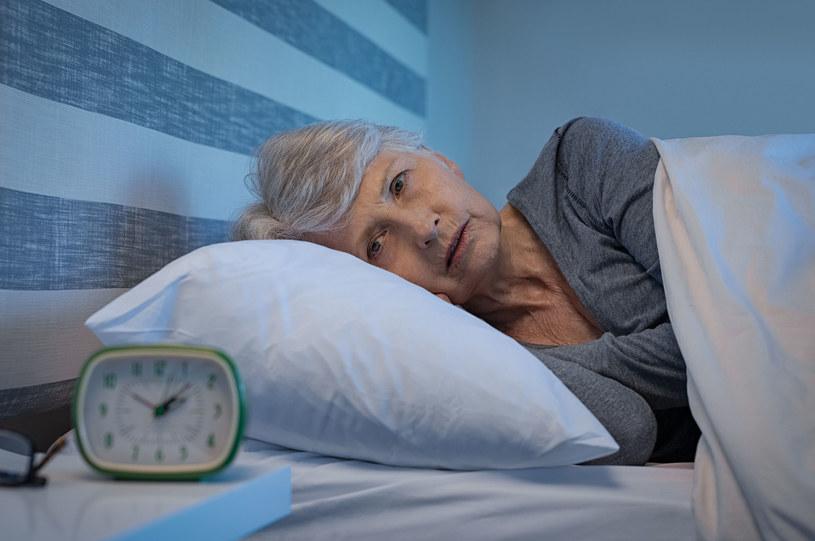Problemy ze snem mogą być efektem odbierania nadmiernej ilości bodźców oraz stresu i przepracowania /123RF/PICSEL