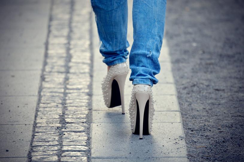Problemy ze szpilkami to nie tylko wysokie obcasy, ale także sam kształt buta /Picsel /123RF/PICSEL