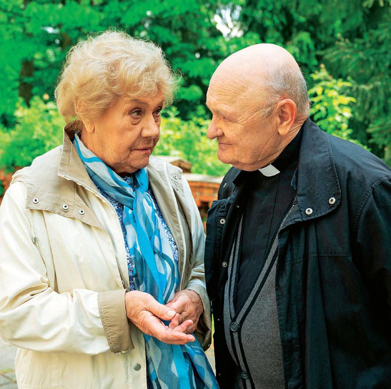Proboszcz (Maciej Damięcki) zwierzy się ze swoich problemów Barbarze (Teresa Lipowska) /Świat Seriali