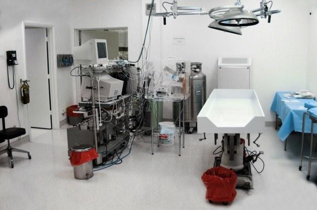 Proces krioprezerwacji odbywa się w takich warunkach - tu jedna z sal operacyjnych fundacji Alcor /materiały prasowe