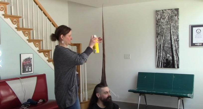 """Proces """"stawiania"""" fryzury nie należał do najłatwiejszych /Guinness World Records /YouTube"""
