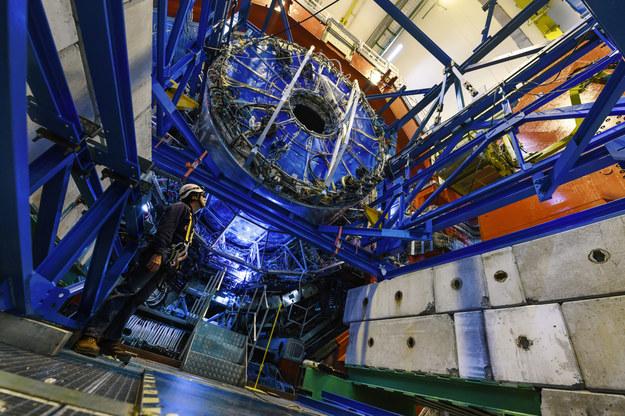 Proces wymontowywania komory projekcji czasowej (TPC) /Maximilien Brice/CERN /Materiały prasowe