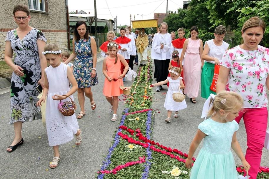 Procesja po kwiatowym kobiercu w Kluczu i Olszowej 2019 r. /Krzysztof Świderski /PAP/EPA