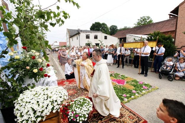 Procesja po kwiatowym kobiercu w Kluczu i Olszowej 2019 /Krzysztof Świderski /PAP/EPA