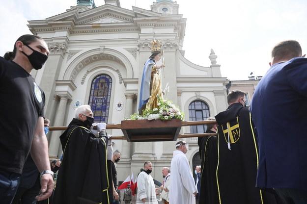 Procesja podczas uroczystości Bożego Ciała w Warszawie /Leszek Szymański /PAP
