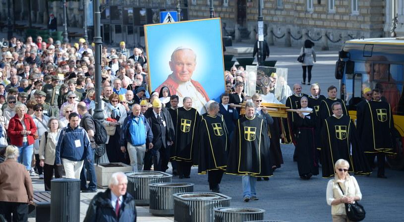 Procesja z relikwiami św. Jana Pawła II z okazji Dnia Dziękczynienia /Jacek Turczyk /PAP