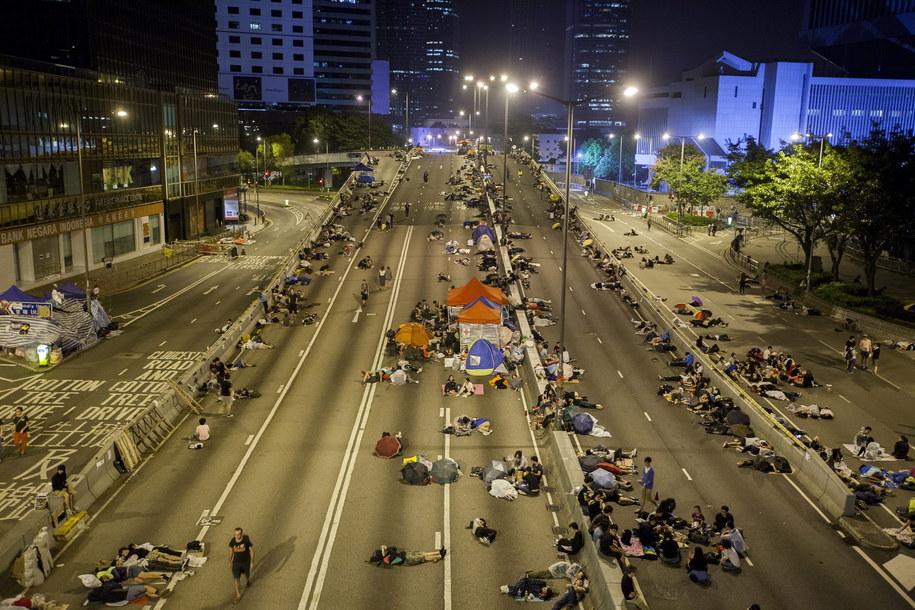 Prodemokratyczni demonstranci śpią przed siedzibą administracji Hongkongu /ALEX HOFFORD /PAP/EPA