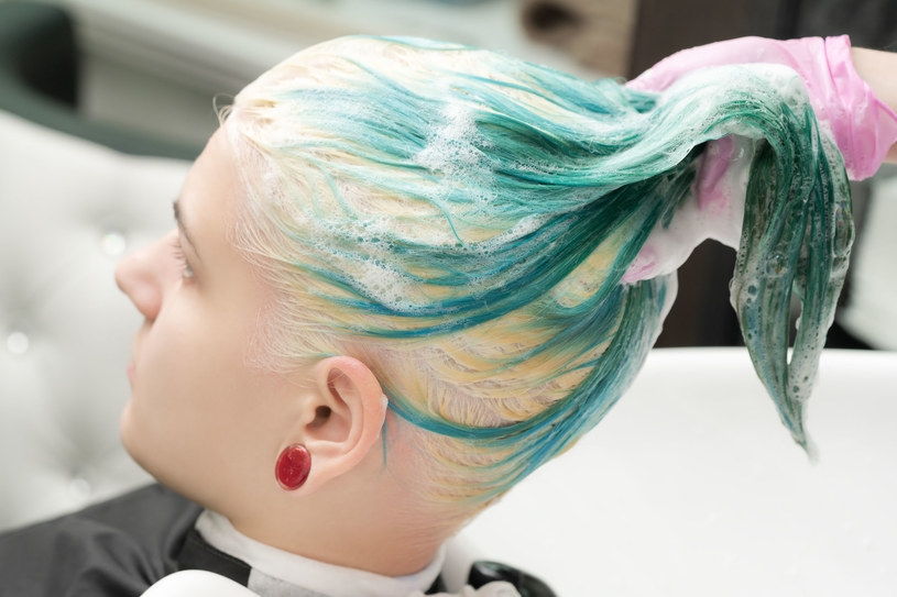 Producenci szamponów zachęcają, by sięgać po ten kosmetyk nawet codziennie /123RF/PICSEL