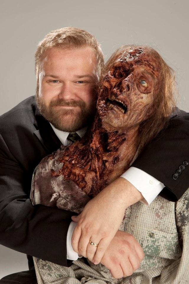 """Producent wykonawczy """"Żywych trupów"""" Robert Kirkman obejmujący zombie. /Facbook/ The Walking Dead /materiały prasowe"""