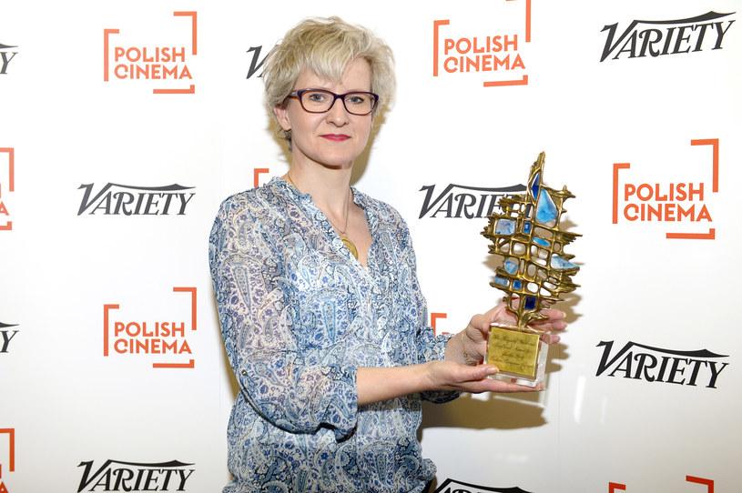 "Producentka Violetta Kamińska prezentuje statuetkę ScripTeast za scenariusz ""Sorry Polsko"" /AKPA"