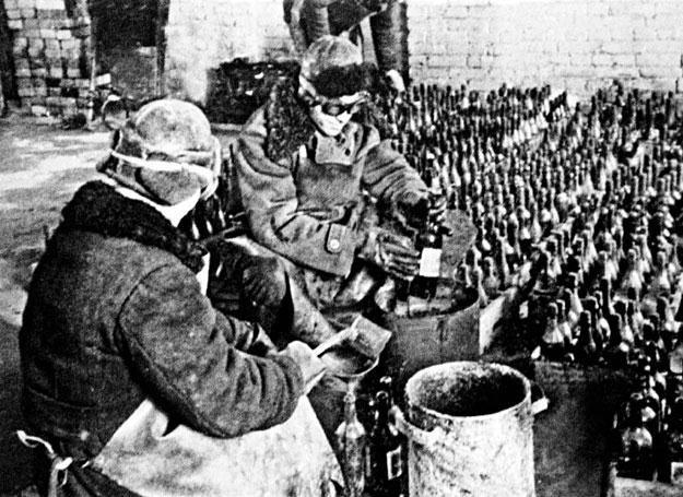 Produkcja butelek zapalających, potocznie zwanych koktajlami Mołotowa /Polska Zbrojna