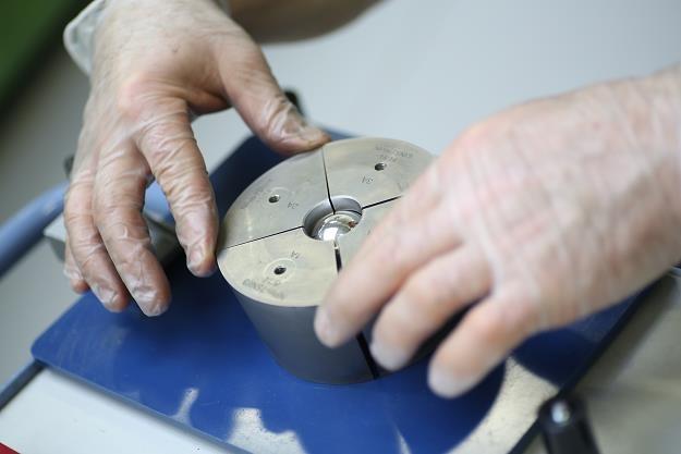 Produkcja pierwszej w świecie monety w kształcie kuli /PAP