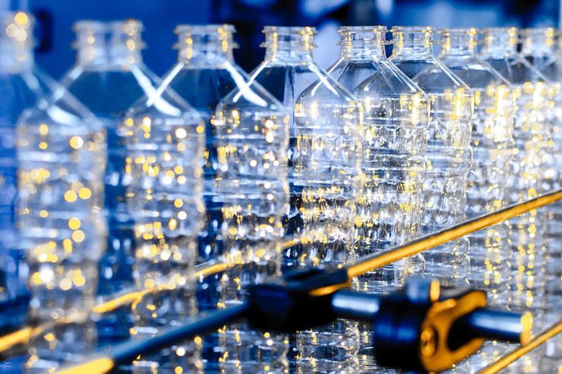 Produkcja plastikowych butelek /©123RF/PICSEL
