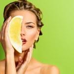 Produkty, które naturalnie spowolnią procesy starzenia się skóry