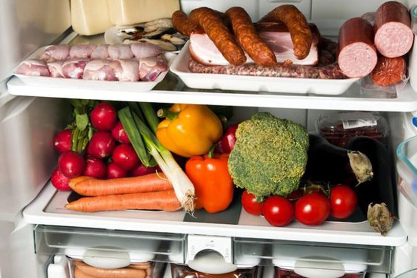 Produkty o krótszej dacie przydatności postaw w lodówce z przodu, by mieć je pod ręką i zużyć w pierwszej kolejności. /123RF/PICSEL