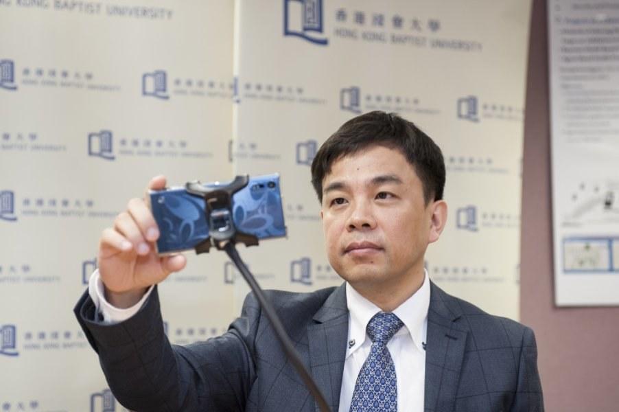 Prof. Cheung Yiu-ming demonstruje działanie swojej aplikacji /Hong Kong Baptist University /materiały prasowe