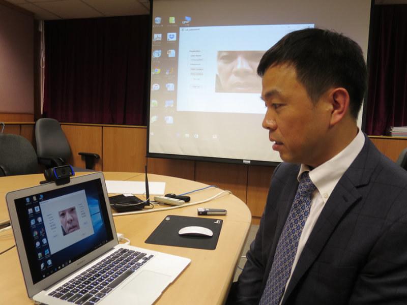 "Prof. Cheung Yiu-ming demonstruje technologię ""lip motion password"" /Hong Kong Baptist University /materiały prasowe"