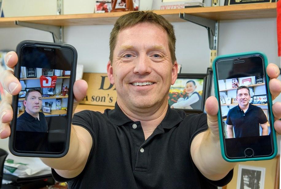"""Prof. Chris Barry i jego selfie (po lewej) i """"posie"""" - czyli pozowane zdjęcie wykonane przez kogo innego. /Bob Hubner/WSU /Materiały prasowe"""