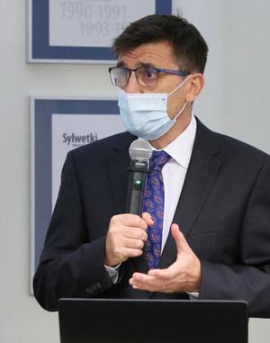 Prof. Ernest Kuchar: Coraz więcej osób młodych choruje na COVID-19