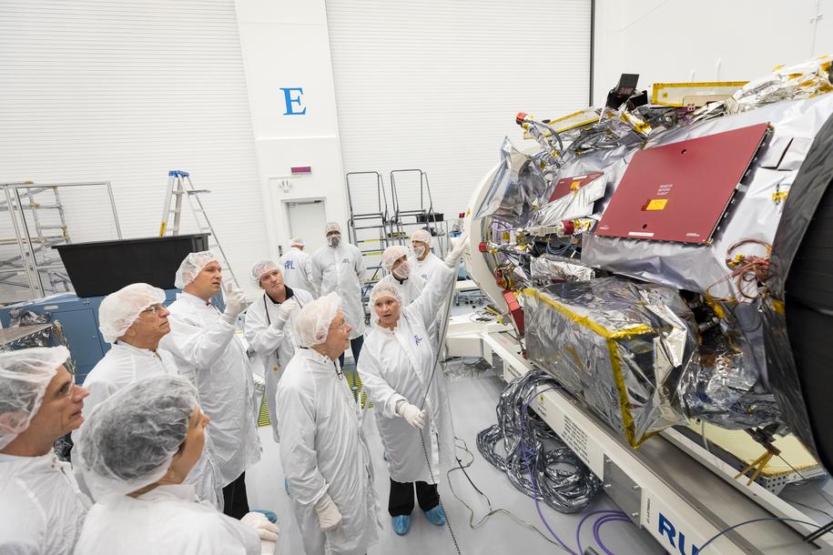 Prof. Eugene Parker z University of Chicago wizytuje sondę nazwaną jego imieniem w Johns Hopkins Applied Physics Laboratory w Laurel w stanie Maryland. /NASA/Johns Hopkins University Applied Physics Laboratory /Materiały prasowe