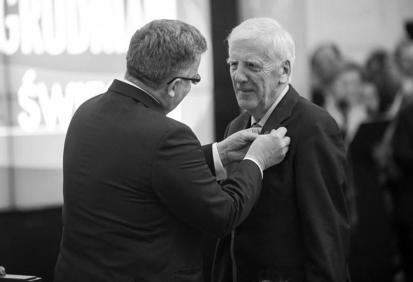 Prof. Jacek Baluch przyjmuje odznaczenie od prezydenta Bronisława Komorowskiego, 2014 r. /Bartosz Krupa /East News