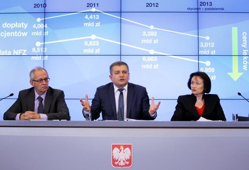 Prof. Maciej Krzakowski (L), minister zdrowia Bartosz Arłukowicz (C), prof. Anna Dobrzańska (P). /Paweł Supernak /PAP
