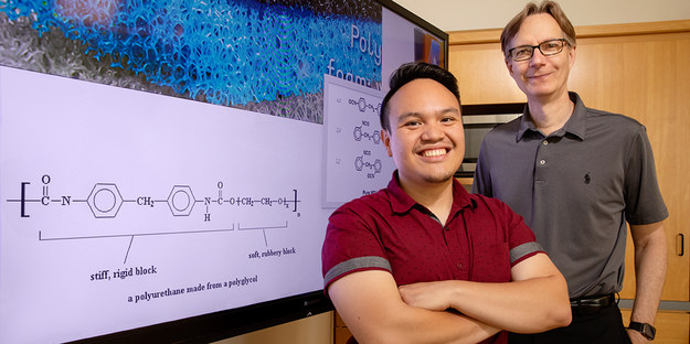 Prof. Steven Zimmerman (po prawej) i Ephraim Morado z UI /L. Brian Stauffer /Materiały prasowe