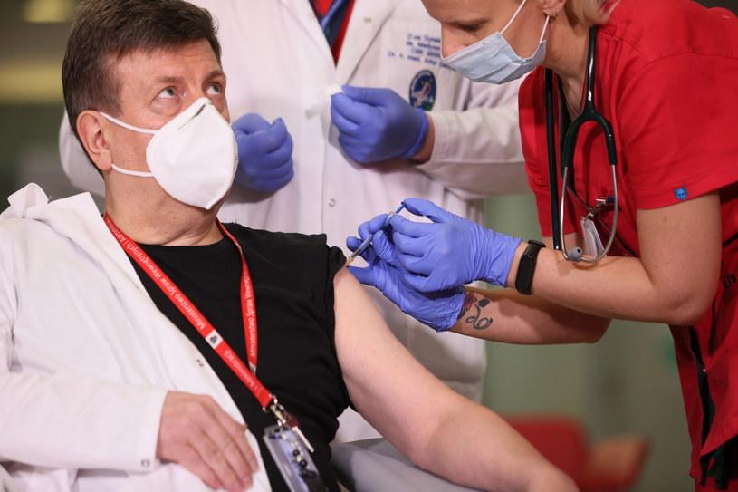 Prof. Waldemar Wierzba podczas szczepienia przeciw COVID-19 / Leszek Szymański    /PAP