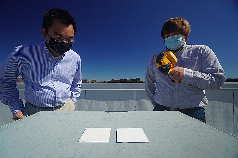Prof. Xiulin Ruan (l) i oseph Peoples prezentują próbkę najbielszej farby świata (fot. Purdue University / Jared Pike) /