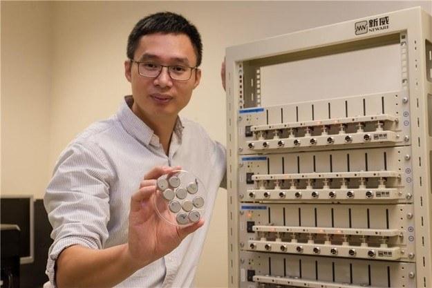 Profesor Chen Xiaodong z zestawem nowych baterii na tle aparatury, służącej do ich badań. Źródło: Nanyang Technological University /RMF24