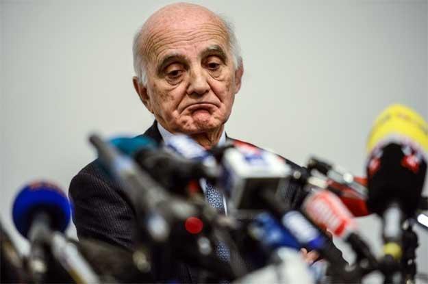 Profesor Gerard Saillant ze szpitala w Grenoble podczas konferencji prasowej o zdrowiu Schumachera /AFP